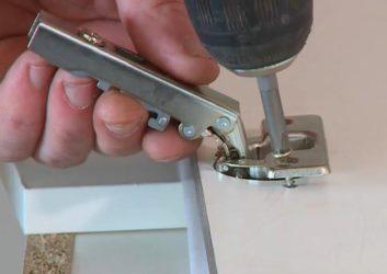 Как установить дверные петли на шкаф?