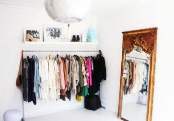 Как разместить одежду если нет шкафа?