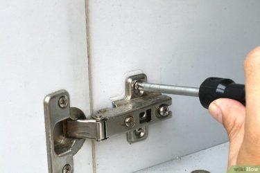 Как прикрепить петли к дверце шкафа?