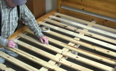 Если скрипит кровать рейки что делать?