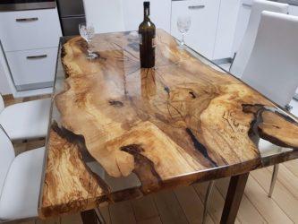 Чем заливают дерево в столах?